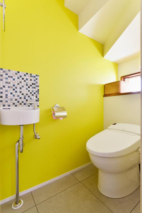 黄緑の壁紙を使ったカラフルなトイレの施工事例