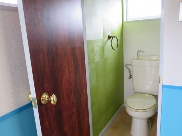 日本 東京23区の北欧スタイルのトイレ・洗面所の写真
