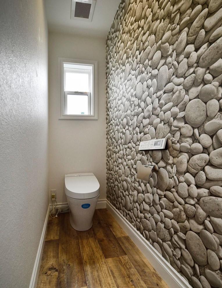 東京23区のコンテンポラリースタイルのトイレ・洗面所の画像 (マルチカラーの壁、無垢フローリング、茶色い床)