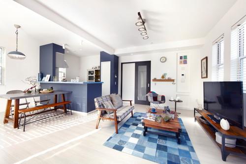 キッチンの壁や家具の一部などネイビーを印象的に使ったインテリアコーディネート。木材とアイアンを組み合わせたインダストリアルテイストにホワイト&ネイビーを使うとマリンな雰囲気に。