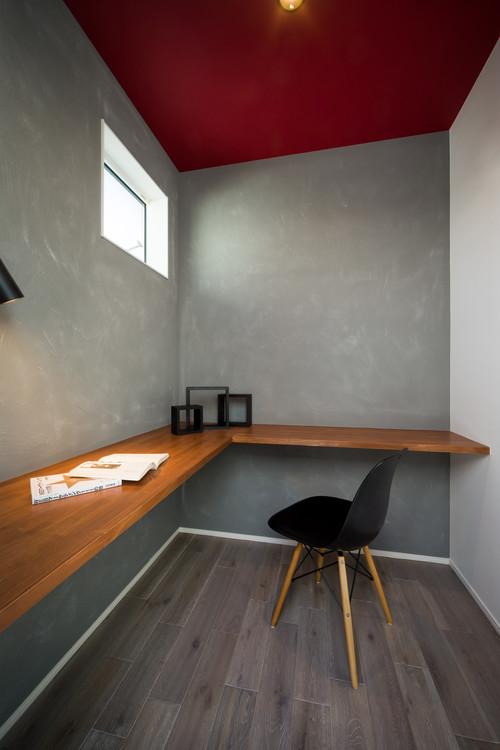 書斎の壁紙 天井に赤を使い、壁にコンリート柄