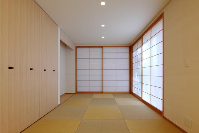 他の地域, の和風の書斎・仕事部屋の写真 (白い壁、畳、緑の床)