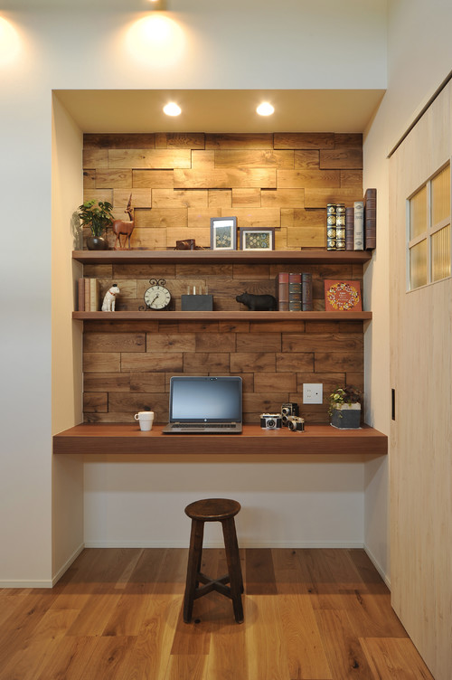 書斎の壁紙 白ベースに木目のアクセントクロス