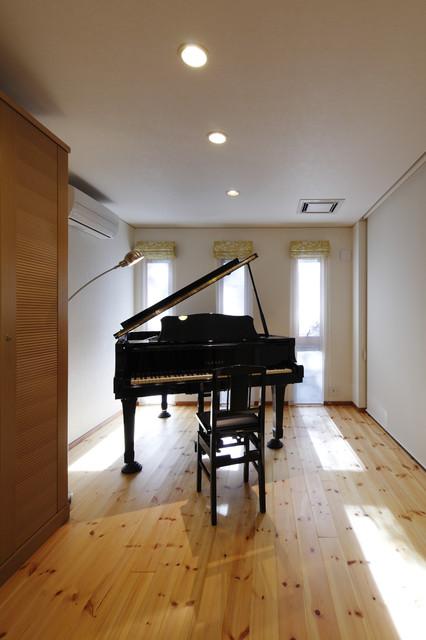 Inspiration pour un bureau design de type studio avec un mur blanc, un sol en bois clair et un sol beige.