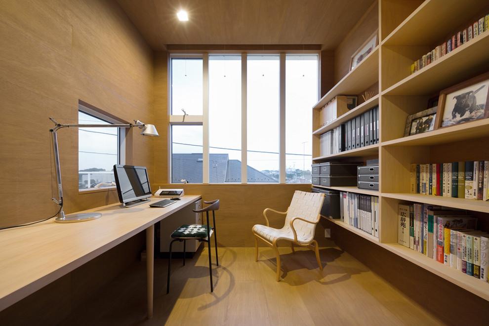 横浜のモダンスタイルのおしゃれな書斎 (茶色い壁、淡色無垢フローリング、暖炉なし、造り付け机) の写真