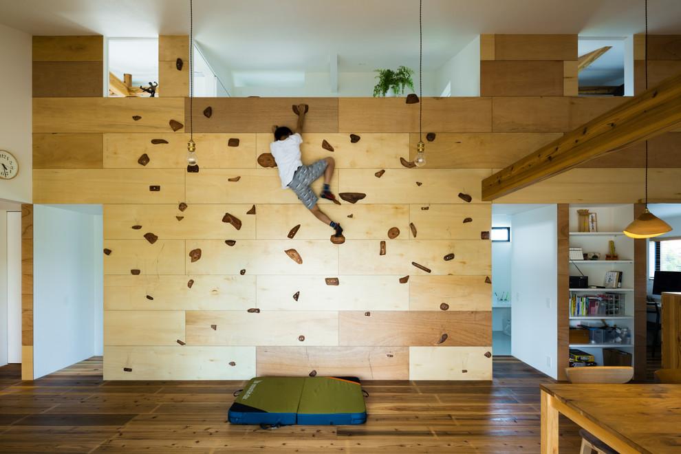 他の地域のアジアンスタイルのファミリールームの画像 (ゲームルーム、ベージュの壁、無垢フローリング、LDK、茶色い床)