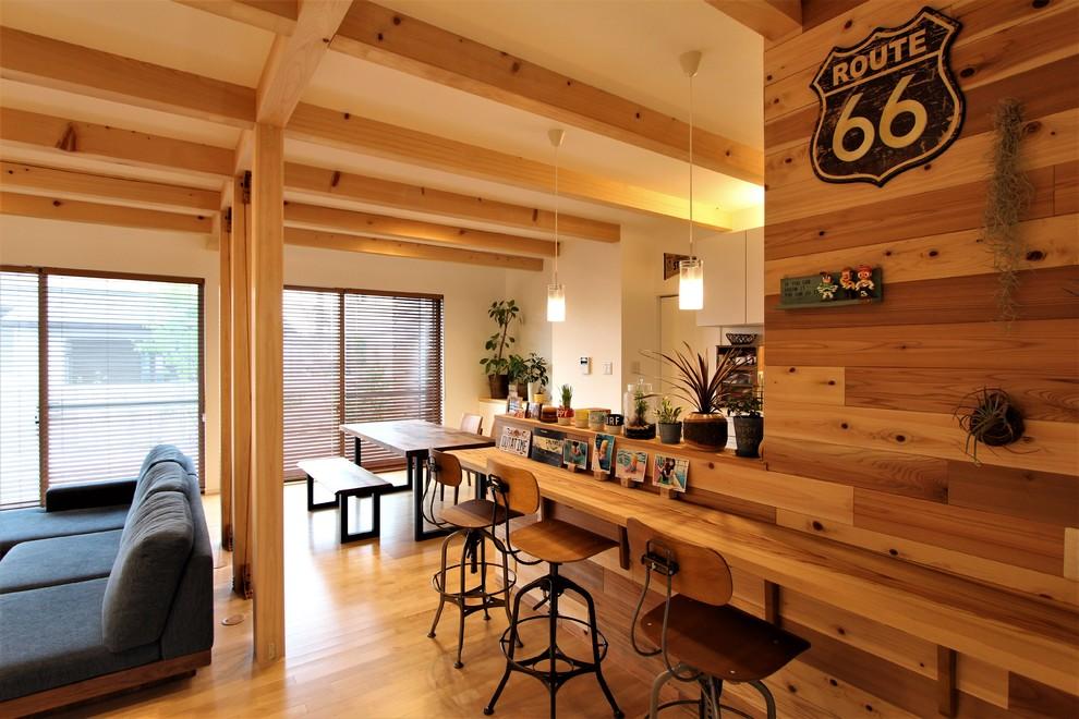 他の地域のモダンスタイルのおしゃれなホームバー (無垢フローリング、茶色い床、茶色いキッチンカウンター) の写真