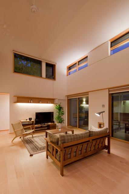 コートヤードのある未来スタイルの家 北欧-リビング居間