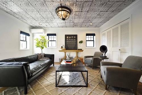 天井にグレーの柄壁紙の実例。