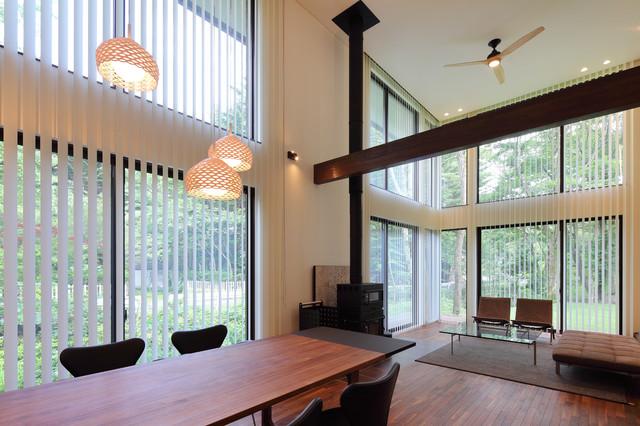 他の地域, の中サイズのモダンスタイルのLDKの写真 (フォーマル、白い壁、濃色無垢フローリング、薪ストーブ、タイルの暖炉まわり、テレビなし、茶色い床)