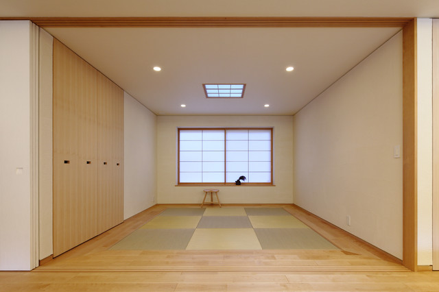 他の地域, の中サイズの和風の独立型リビングの写真 (フォーマル、白い壁、畳、暖炉なし、テレビなし、緑の床)