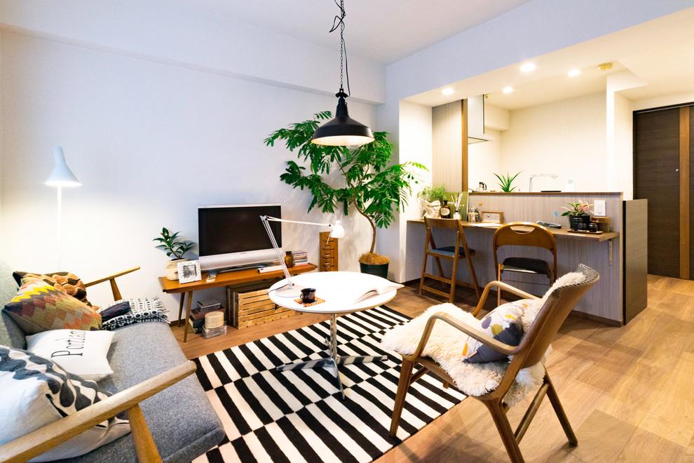 東京23区の小さい北欧スタイルのリビング・居間の画像 (白い壁、淡色無垢フローリング、据え置き型テレビ、LDK、茶色い床)