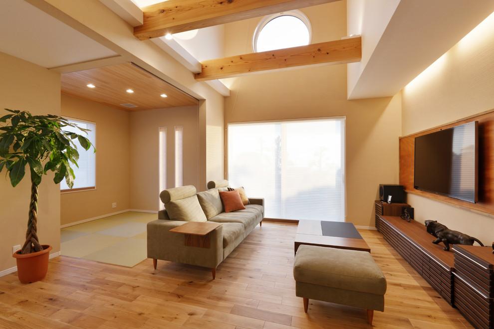 他の地域のアジアンスタイルのリビング・居間の画像 (白い壁、淡色無垢フローリング、壁掛け型テレビ、ベージュの床)