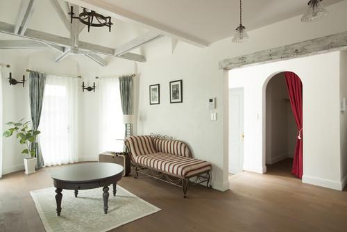天井や壁すべて白い壁紙の実例