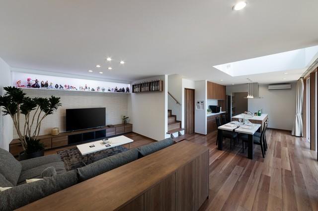 Idee per un soggiorno minimal con pareti bianche, pavimento in legno massello medio, TV autoportante e pavimento marrone