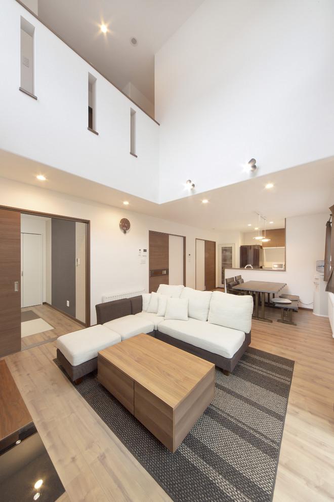 他の地域のコンテンポラリースタイルのリビング・居間の画像 (白い壁、淡色無垢フローリング、茶色い床)