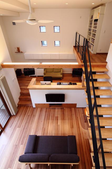 川岸の家 吹抜けからリビングとスタジオを見下ろす コンテンポラリー-リビング居間