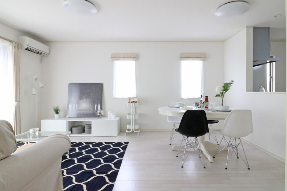 他の地域のコンテンポラリースタイルのリビング・居間の画像 (白い壁、塗装フローリング、LDK、グレーの床)