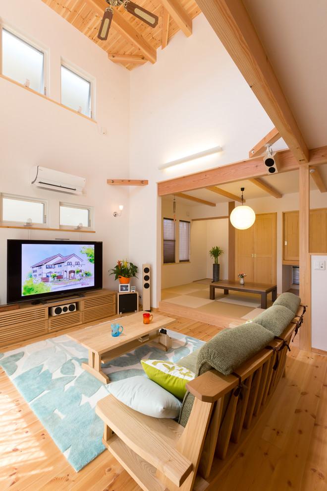 他の地域のアジアンスタイルのリビング・居間の画像 (白い壁、無垢フローリング、据え置き型テレビ、LDK、茶色い床)