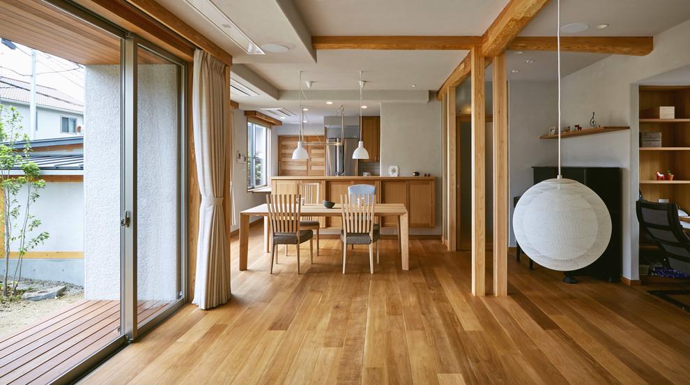 他の地域のモダンスタイルのリビング・居間の画像 (無垢フローリング、白い壁、LDK、茶色い床)
