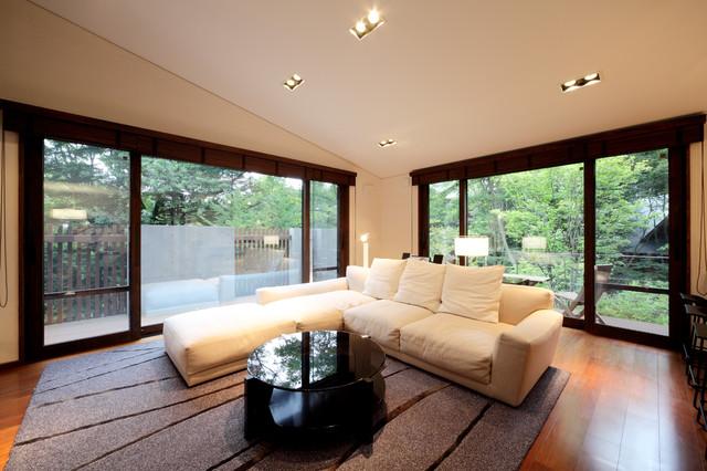 他の地域, の中サイズのコンテンポラリースタイルのLDKの写真 (フォーマル、白い壁、濃色無垢フローリング、据え置き型テレビ、茶色い床)