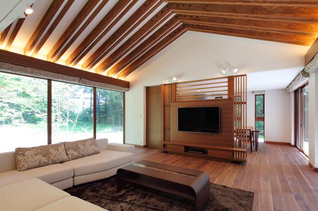 他の地域, の中サイズのモダンスタイルのLDKの写真 (フォーマル、白い壁、合板フローリング、壁掛け型テレビ、茶色い床)