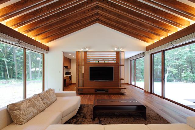 他の地域, の中サイズのアジアンスタイルのLDKの写真 (フォーマル、白い壁、合板フローリング、暖炉なし、壁掛け型テレビ、茶色い床)
