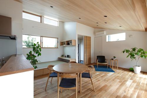 天井に木目調壁紙アクセントクロス施工事例