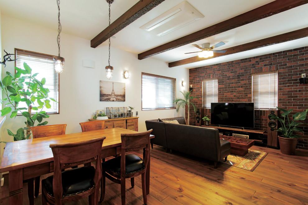 他の地域のアジアンスタイルのリビング・居間の画像 (白い壁、無垢フローリング、据え置き型テレビ、茶色い床)