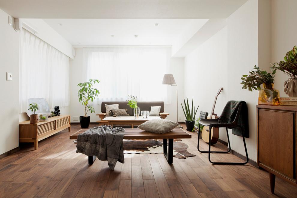 東京23区のコンテンポラリースタイルのリビング・居間の画像 (白い壁、無垢フローリング、茶色い床)