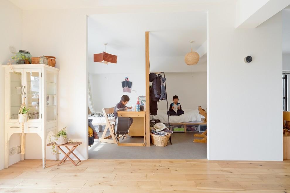 大阪の男の子用北欧スタイルの勉強部屋の画像 (白い壁、児童向け、グレーの床)