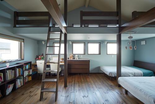 屋根裏部屋に青い壁紙