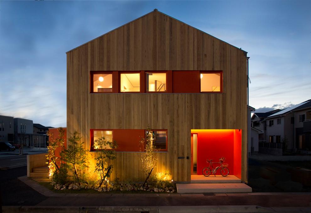 Idee per la facciata di una casa marrone contemporanea con rivestimento in legno e tetto a capanna