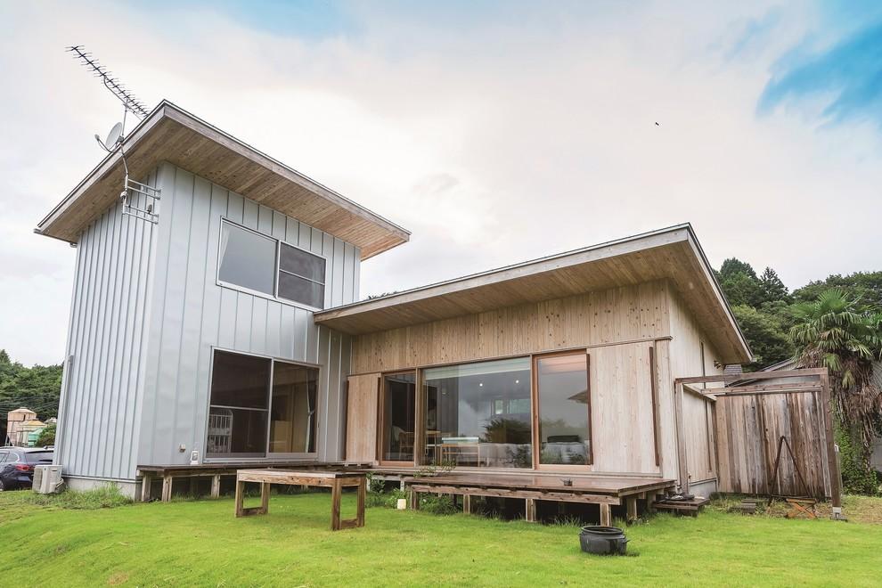 他の地域の小さい北欧スタイルのおしゃれな家の外観 (木材サイディング、ベージュの外壁) の写真