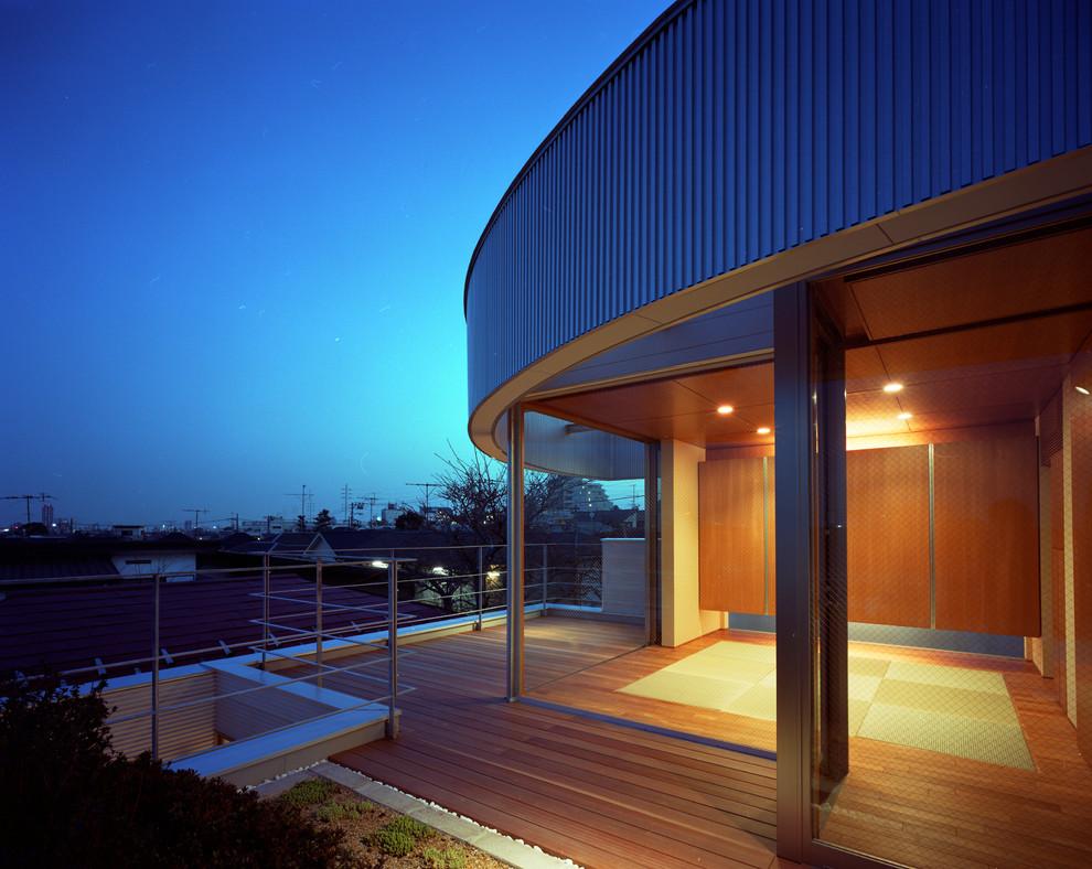 Inspiration pour une chambre d'amis asiatique de taille moyenne avec un mur beige, un sol de tatami, aucune cheminée, un manteau de cheminée en plâtre et un sol beige.