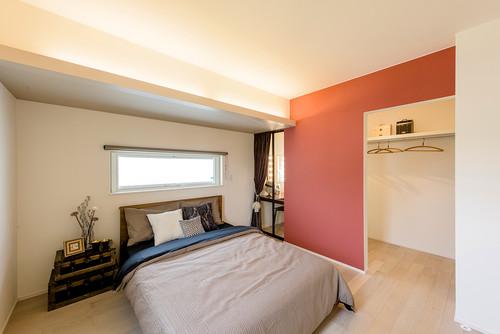 寝室のアクセントクロス 赤系の施工例
