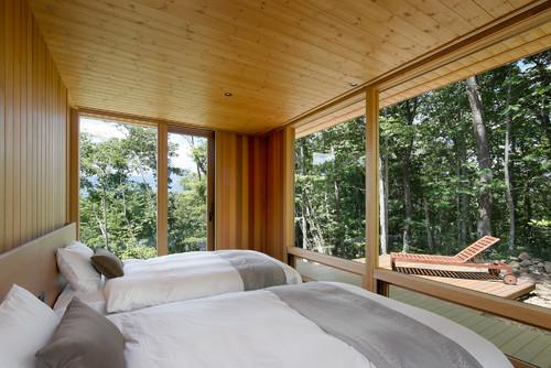 木のぬくもりをたっぷり感じるお部屋に窓からの緑に囲まれた景色もプラスされた癒しの空間。お部屋にいながら森林浴を楽しめるなんて、なんて贅沢なのでしょう。