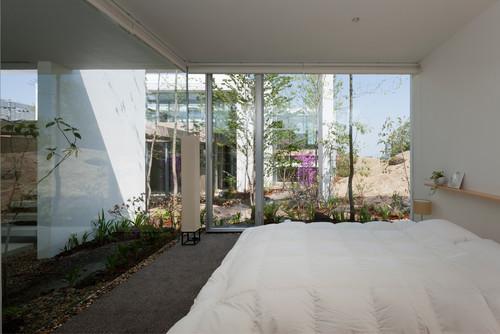 一面をガラスに囲まれ、低い目線で草花を鑑賞できるなんて、まるでお庭と一体化しているような感覚におちいりそうな季節感を感じることができる幸せな空間に。