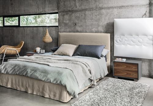 コンクリートがスタイリッシュでクールな印象のベッドルームです。