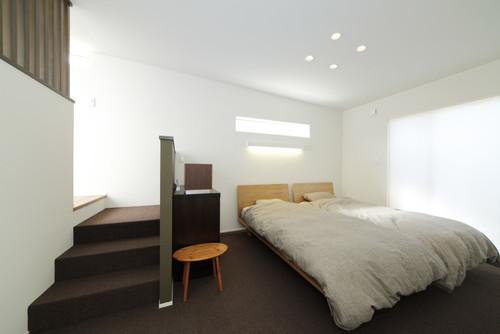 白系の壁紙を使った寝室