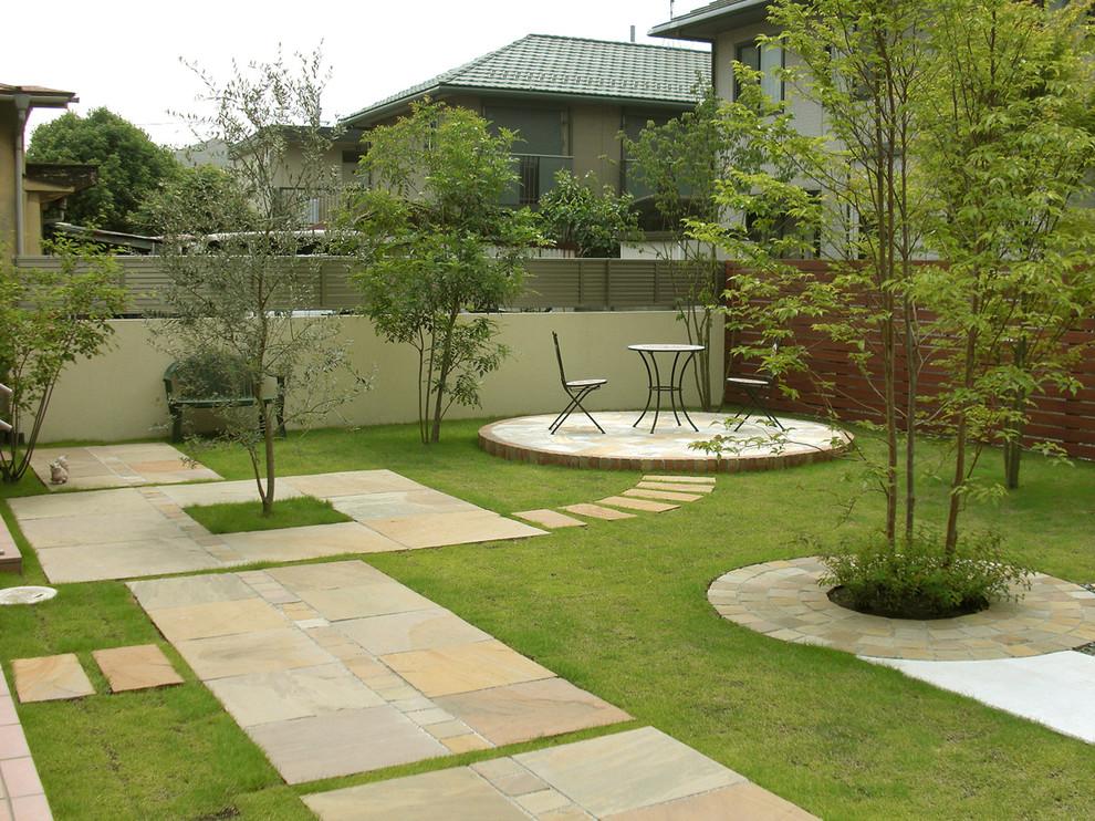 東京都下のアジアンスタイルの裏庭の画像 (整形式庭園、レンガ敷き)