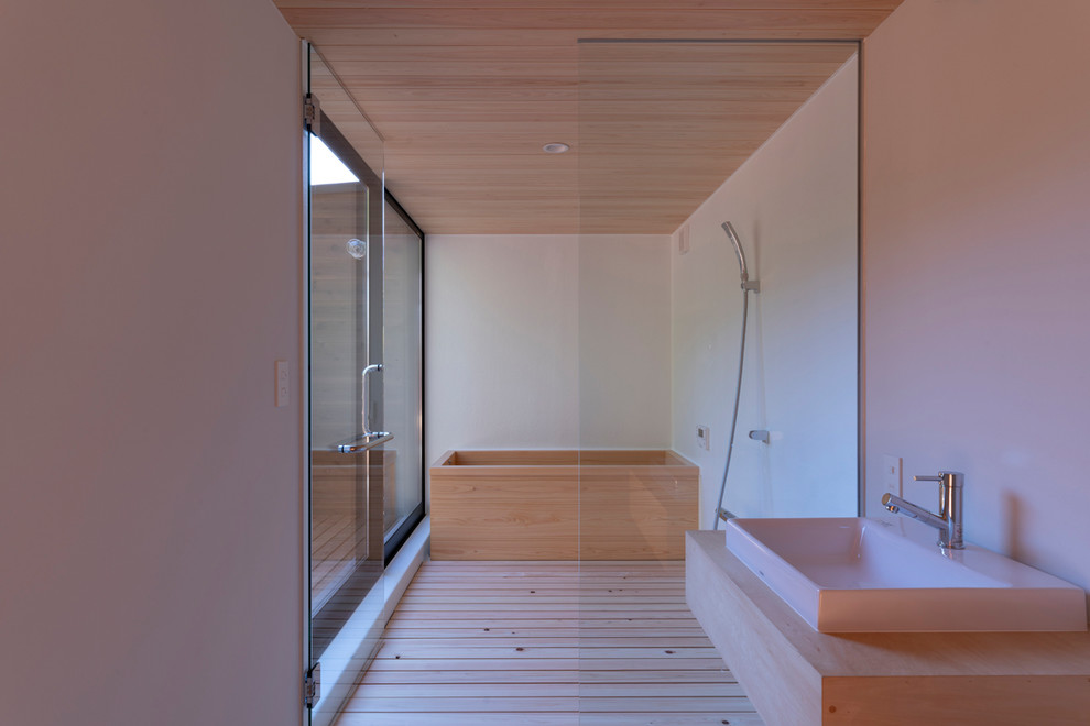 東京都下のコンテンポラリースタイルのおしゃれな浴室 (和式浴槽、バリアフリー、白い壁、淡色無垢フローリング、ベッセル式洗面器、木製洗面台、ベージュの床、オープンシャワー、ベージュのカウンター) の写真
