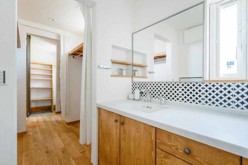 Ispirazione per una stanza da bagno etnica con pareti bianche