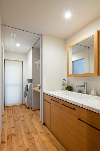 HAYAMA おおらかな空間と豊かな素材感のある湘南の家 ビーチスタイル-浴室