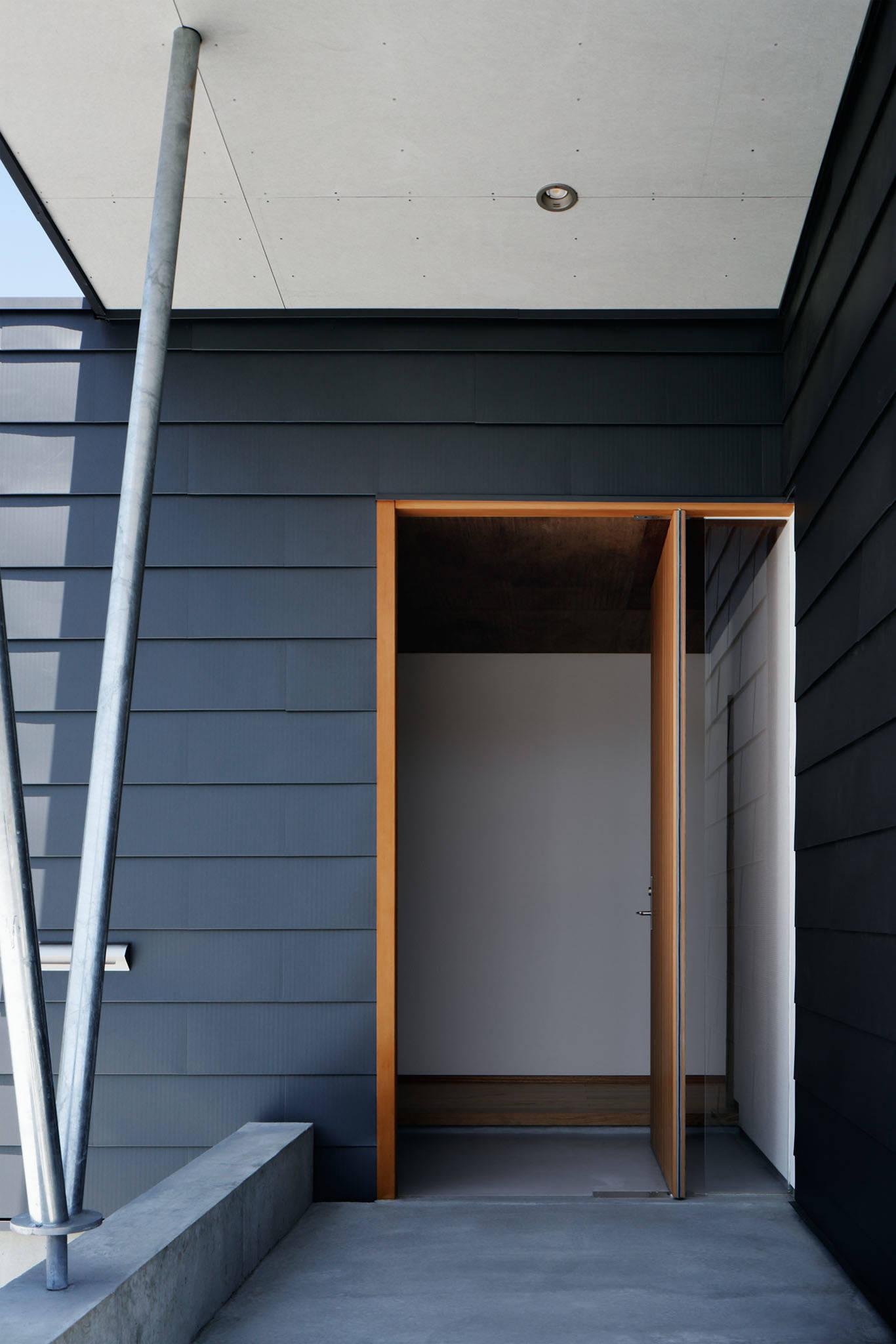 コの字の家/玄関