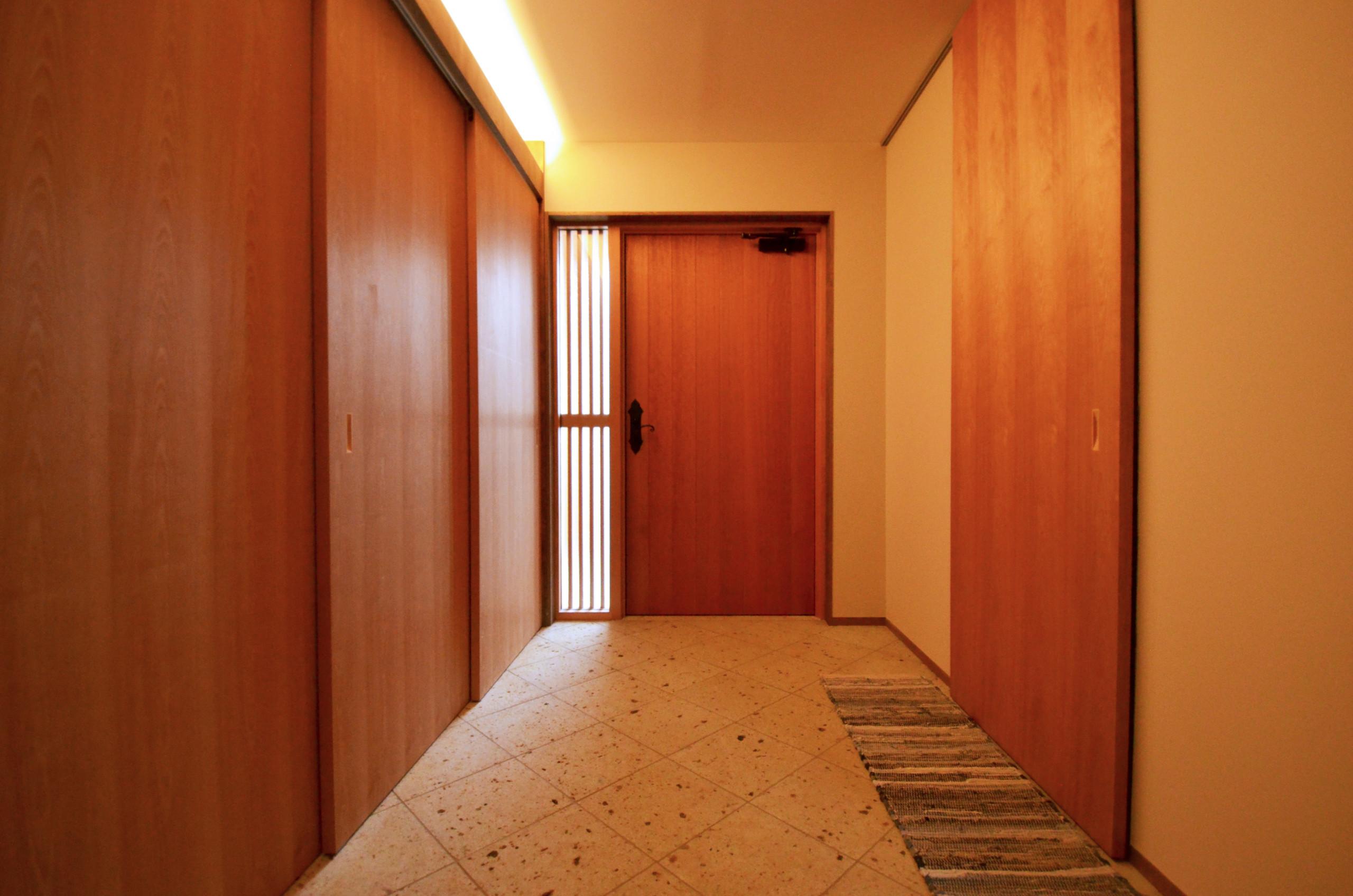 大谷石による玄関と大きな玄関収納