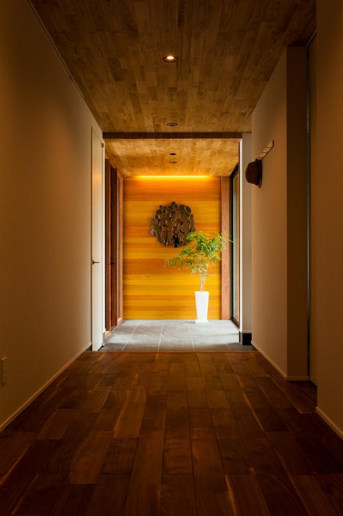 天井と玄関正面に木目のクロス