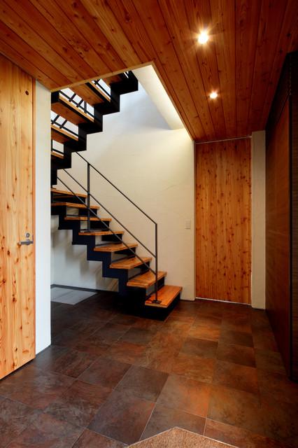 太陽の森の家 玄関ホールと階段 コンテンポラリー-階段