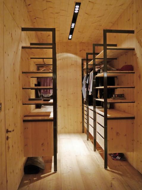 Idee per una cabina armadio unisex moderna di medie dimensioni con nessun'anta, ante in legno chiaro, parquet chiaro e pavimento beige