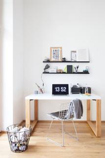 geradliniger schreibtisch in wei mit rahmenbeinen. Black Bedroom Furniture Sets. Home Design Ideas